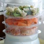 Broccoli, conopidă, morcovi şi pui la steamer
